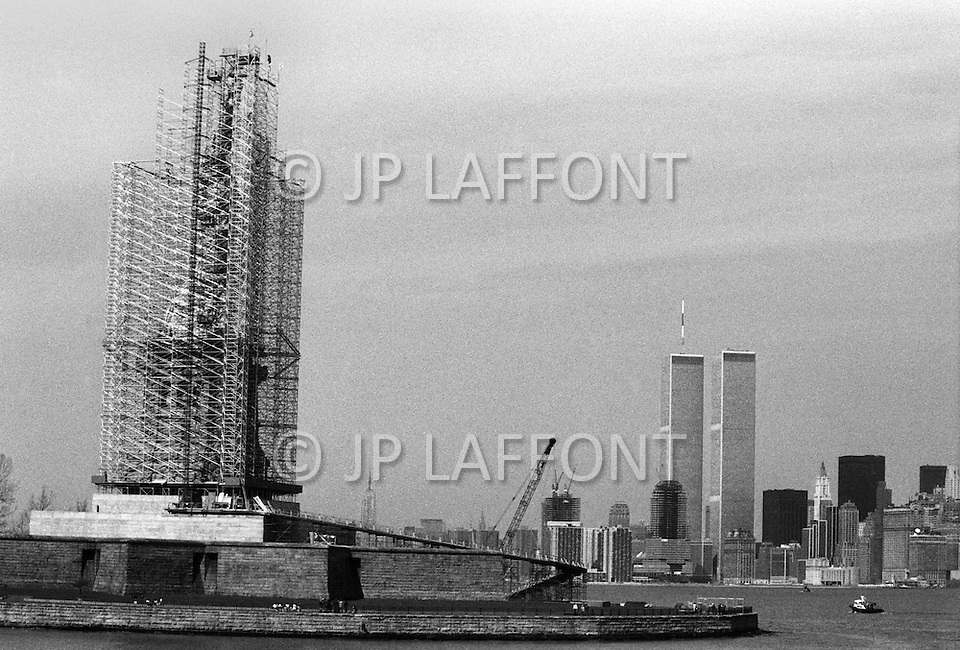 November 1985, Manhattan, New York City, New York State, USA --- The Statue of Liberty under renovation. The renovation was carried out by LCM corporation ( Les Metalliers Champenois) based in Patterson, New Jersey. LCM was founded by french artisans who came from france for the restoration. --- Image by © JP Laffont