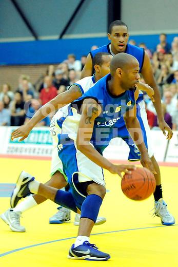 LEEUWARDEN - Basketbal, Eredivisie, sporthal Kalverdijkje,  Aris - ZZ Leiden, seizoen 2011-2012, 1-10-2011 Aris speler Tjoe de Paula aan de bal. ANP PRO SHOTS