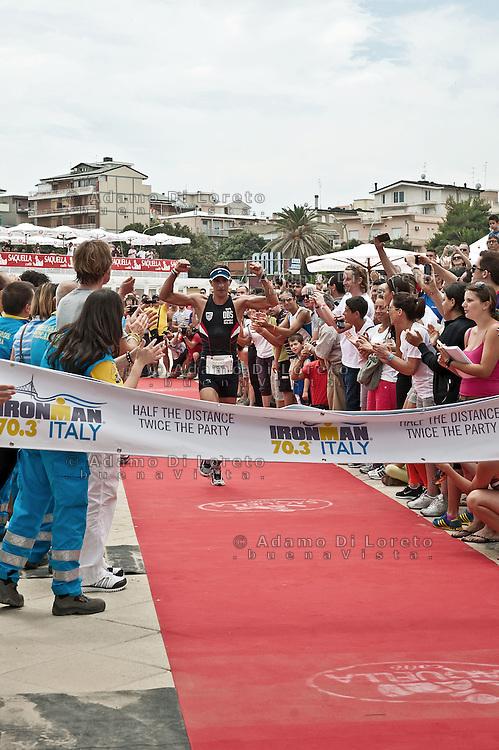 PESCARA (PE) 10/06/2012 - IRON MAN ITALY 70.3 ITALY. NELLA FOTO L'ARRIVO DEL VINCITORE SUL TRAGUARDO DI DANIEL FONTANA. FOTO DI LORETO ADAMO