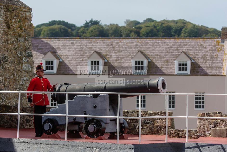 Royaume-Uni, îles Anglo-Normandes, île de Guernesey, Saint Peter Port: <br /> Castle Cornet , soldats tirant la salve de midi // United Kingdom, Channel Islands, Guernsey island, Saint Peter Port: <br /> Castle Cornet, soldiers shooting the Noon Salvo
