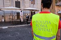 Roma 6 Agosto 2014<br /> Sono tornati per pochi minuti i dehors a Piazza Navona. I titolari dei ristoranti  hanno deciso di alzare le saracinesche e ripristinare gli spazi esterni, ma posizionando i tavolini nel rispetto dei limiti imposti dalle concessioni del comune di Roma. Ma gli agenti della municipale li hanno bloccati: &quot;Non sono autorizzati&quot;. Agenti della Polizia  municipale assistono alla nuova rimozione dei tavolini<br /> Rome August 6, 2014 <br /> They came back for a few minutes the dehors in the Piazza Navona. The owners of the restaurants have decided to raise the  rolling shutter and restore the dehors, but by placing the tables within the limits imposed by the concessions of the city of Rome. But the agents of the municipal blocking them: &quot;They are not unauthorised &quot;. Municipal police officers attending the removal of the dehors.