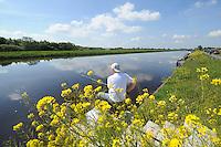SPORTVISSEN: GERSLOOT: 17-05-2014, FK Wedstrijdvissen, Henk Hoeksma wint FK Wedstrijdvissen, op de foto Klaas de Vries (Hemrik),<br /> <br /> Bijna 110 sportvissers op een rij in heerlijk zonnig weer met een briesje in de rug. Sterk geconcentreerd met een 13 meter lange hengel, vissend vanaf hun indrukwekkend plateau op de nieuwe vissteigers aan de Hooivaart. Turend naar hun ranke dobber om elk moment de winnende vis aan de haak te kunnen slaan. Dit was het beeld tijdens de Friese Kampioenschappen wedstrijdvissen op zaterdag 17 mei langs de Hooivaart bij de Deelen. Na de 4 uur durende wedstrijd wist Henk Hoeksma uit Dokkum en vissend voor &lsquo;Hengelsportvereniging Leeuwarden&rsquo; bijna 4,5 kg vis te vangen en is daarmee Fries kampioen 2014 (zie foto). Henk is een vaste deelnemer aan de vele sportviswedstrijden in de provincie, maar dit is de eerste keer dat hij zich Fries kampioen mag noemen. <br /> Als 2e eindigde Menno Hoogsteen van HSV de Rietvoorn, Kootstertille met een gewicht van bijna 4 kg. Rein Pal van HSV Heerenveen lag beslag op de derde plaats met bijna 3 kg. In totaal wisten de 108 sportvissers ruim 85 kg tijdelijk uit het water te betrekken. <br /> <br /> Na afloop van de wedstrijd werden de prijswinnaars gehuldigd in caf&eacute; de Streek te Tjalleberd en ontving Henk Hoeksma het Kampioensbord. BRON: http://www.wedstrijdvissen.nl<br /> <br /> &copy;foto Martin de Jong