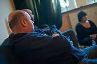 In der Nacht zum 24. Oktober 2010 wurde der 21jaehrige Kamal Kilade im Leipziger &quot;Mueller Park&quot; von den Neonazis Marcus E. und Daniel K. ermordet. Markus E. wurde zu 13 Jahren Haft und Sicherheitsverwahrung verurteilt. Daniel K. wurde zu 3 Jahren Haft verurteilt.<br /> Fuer die Mutter von Kamal (rechts im Bild) ist eine Welt zusammengebrochen und sie kommt auch ueber 1 Jahr nach der Tat noch nicht damit zurecht. Ihren juengsten Sohn laesst sie aus Angst kaum vor die Tuer und die Familie ist zerbrochen.<br /> 20.2.2012, Leipzig<br /> Copyright: Christian-Ditsch.de<br /> [Inhaltsveraendernde Manipulation des Fotos nur nach ausdruecklicher Genehmigung des Fotografen. Vereinbarungen ueber Abtretung von Persoenlichkeitsrechten/Model Release der abgebildeten Person/Personen liegen nicht vor. NO MODEL RELEASE! Nur fuer Redaktionelle Zwecke. Don't publish without copyright Christian-Ditsch.de, Veroeffentlichung nur mit Fotografennennung, sowie gegen Honorar, MwSt. und Beleg. Konto: I N G - D i B a, IBAN DE58500105175400192269, BIC INGDDEFFXXX, Kontakt: post@christian-ditsch.de<br /> Bei der Bearbeitung der Dateiinformationen darf die Urheberkennzeichnung in den EXIF- und  IPTC-Daten nicht entfernt werden, diese sind in digitalen Medien nach &sect;95c UrhG rechtlich geschuetzt. Der Urhebervermerk wird gemaess &sect;13 UrhG verlangt.]