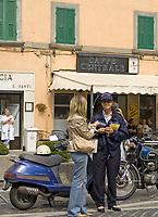 Italien, Latium, Soriano nel Cimino bei Viterbo: weibliche Polizistin im Gespraech mit Passantin | Italy, Lazio, Soriano nel Cimino near Viterbo: police woman