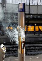 Rookzuil op een station