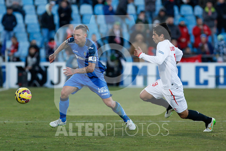 Getafe´s Alexis (L) and Sevilla´s Ever Banega during 2014-15 La Liga match at Alfonso Perez Coliseum stadium in Getafe, Spain. February 08, 2015. (ALTERPHOTOS/Victor Blanco)