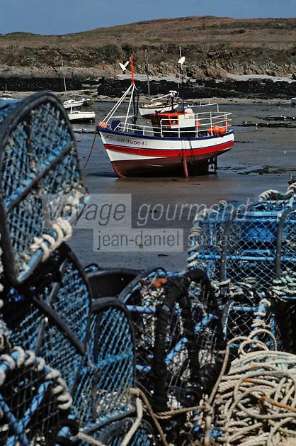 Europe/France/Bretagne/29/Finistère/Le Conquet: Le port à marée basse, bateau de pêche et casier de pêche aux crustacés