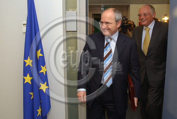 Brussels-Belgium - November 24, 2004---Jose (Jos?) MONTILLA (le), Spanish Minister for Industry, Commerce and Tourism, meets with Guenter (G?nter) VERHEUGEN (ri), Vice-President of the European Commission and in charge of Enterprise and Industry; at the 'Berlaymont', Headquarters of the EC---Photo: Horst Wagner/eup-images