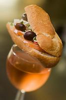 Europe/France/Provence-Alpes-Côte d'Azur/06/Alpes-Maritimes/Nice:  Pain bagnat et verre de rosé de provence à l'apéritif au restaurant: Chez Poupon et Marinette
