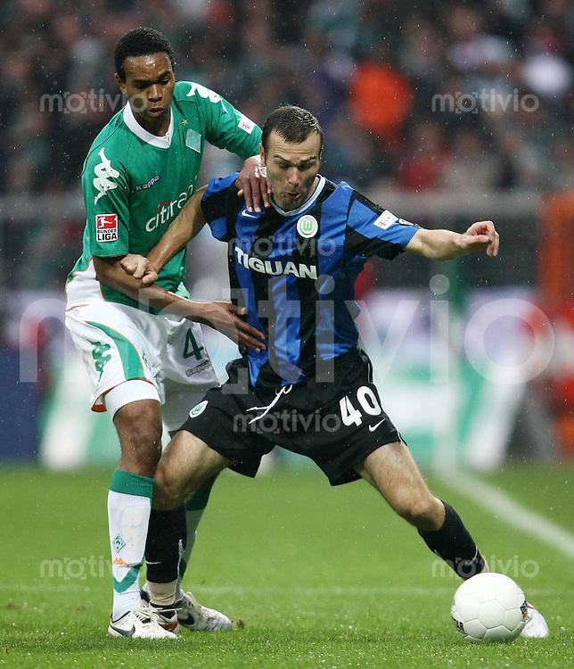 FUSSBALL     1. BUNDESLIGA     SAISON 2007/2008   24. SPIELTAG SV Werder Bremen - VfL Wolfsburg                            16.03.2008 NALDO (li, Bremen) gegen Danijel LJUBOJA (re, Wolfsburg)