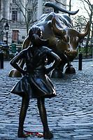 NEW YORK, NY, 09.03.2017 - ESTATUA-NEW YORK - Estatua de uma menina instalada em frente da estatua do touro de carga de Wall Street atrai centenas de turistas em Manhattan na cidade de New York nesta quinta-feira, 09. A State Street Global Advisors, uma terceira maior administradora de recursos do mundo, instalou uma estátua na manhã de ontem terça-feira como parte de uma campanha para pressionar como empresas. (Foto: William Volcov/Brazil Photo Press)