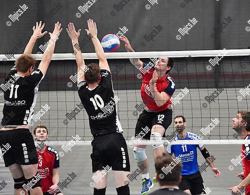 2016-10-15 / Volleybal / Seizoen 2016-2017 / Msiks Blaasveld-Ruislede / Kris Van walle (Blaasveld) tegenover Hollevoet en Vaneenooghe (10)<br /> <br /> ,Foto: Mpics.be