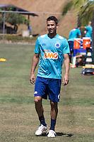 BELO HORIZONTE, MG, 31.08.2013 - TREINO CRUZEIRO- Jogador Henrique  durante treino do Cruzeiro na Toca da Raposa II , neste sábado 31. (Foto: Marcos Fialho / Brazil Photo Press).