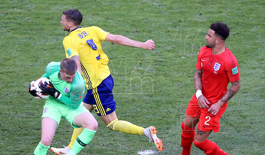 SAMARA - RUSIA, 07-07-2018: Marcus BERG (Izq) jugador de Suecia disputa el balón con Jordan PICKFORD (C) (GK) y Kyle WALKER (Der) jugadores de Inglaterra durante partido de cuartos de final por la Copa Mundial de la FIFA Rusia 2018 jugado en el estadio Samara Arena en Samara, Rusia. / Marcus BERG (L) player of Sweden fights the ball with Jordan PICKFORD (GK) (C) and Kyle WALKER (R) player of England during match of quarter final for the FIFA World Cup Russia 2018 played at Samara Arena stadium in Samara, Russia. Photo: VizzorImage / Julian Medina / Cont