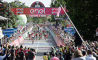 Roger Kluge (DEU/IAM) outsprints the peloton with a (very) late attack and wins the stage<br /> <br /> stage 17: Molveno-Cassano d'Adda 196km<br /> 99th Giro d'Italia 2016