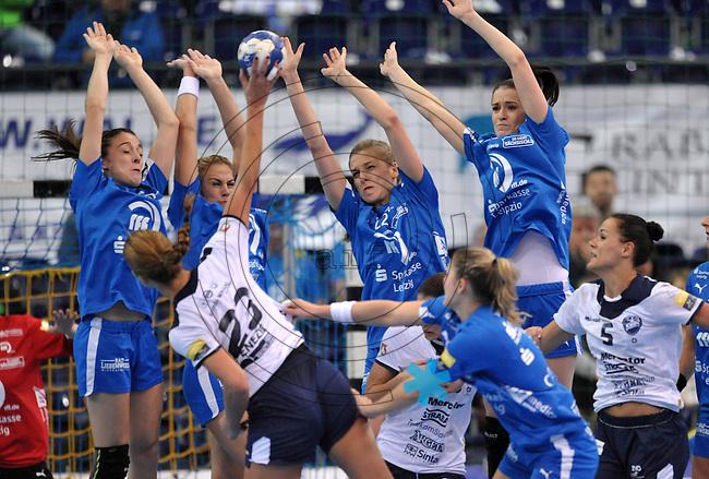 Handball Frauen Champions League 2013/14 - Handballclub Leipzig (HCL) gegen RK Krim Ljubljana am 13.10.2013 in Leipzig (Sachsen). <br /> IM BILD: Alexandra Mazzucco (HCL), Maura Visser (HCL), Susann Müller / Mueller (HCL), Karolina Szwed Örneborg / Oerneborg (HCL) (v.l.) steigen zum Block gegen den Wurf von Andrea Penezic (Krim) <br /> Foto: Christian Nitsche / aif