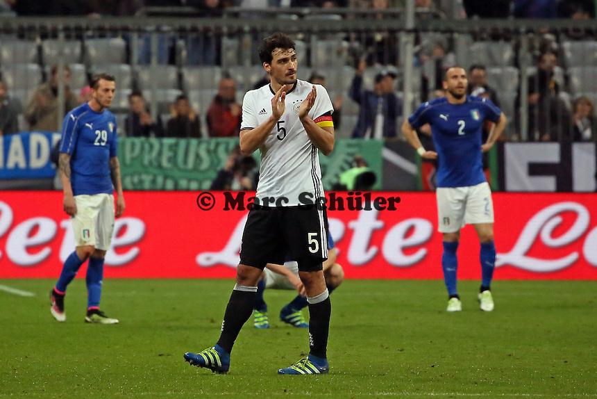 Mats Hummels (D) applaudiert, Italien ist geknickt nach dem 4:1 - Deutschland vs. Italien, Allianz Arena München