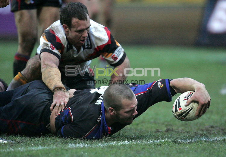 Pix: John Clifton/SWpix.com. Rugby League, Super League, season 2005. Bradford Bulls v Wakefield Trinity Wildcats  12/02/2005..COPYRIGHT PICTURE>>SIMON WILKINSON>>01943 608782>>..Bradford Bulls v Wakefield Trinity Wildcats.Superleague X, 13/02/05.Darrell Griffin of Wakefield scores their final try...Iestyn Harris goes over for a Bradford try...