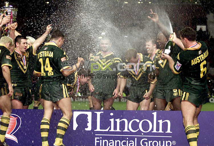 Picture by Shaun Flannery\SWpix.com - 25/11/00 - Rugby League World Cup Final 2000 - Australia v New Zealand, Old Trafford, Manchester, England - Australia celebrate.