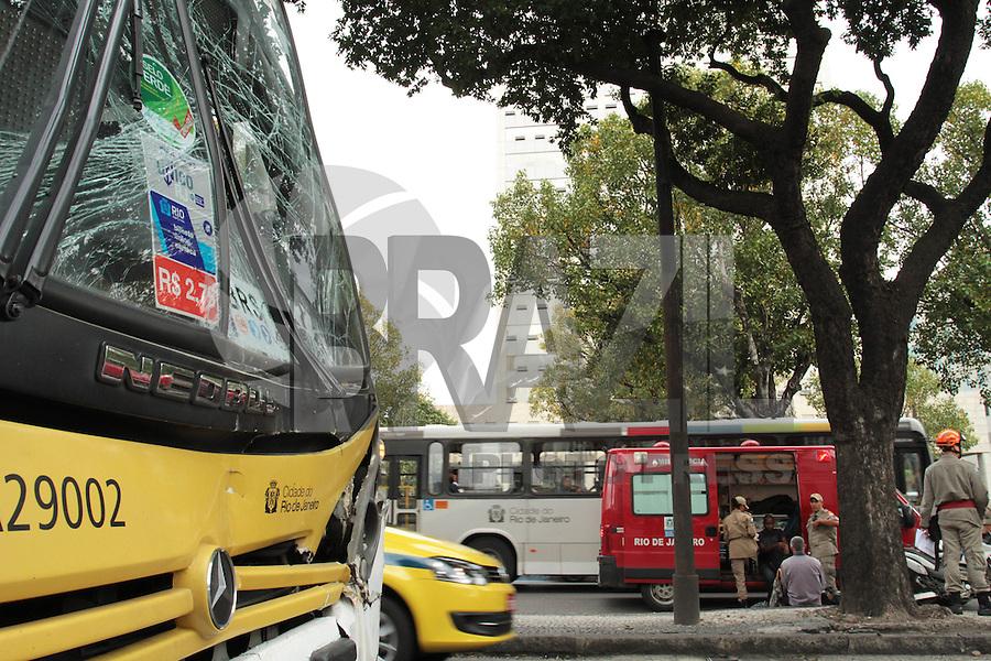RIO DE JANEIRO, RJ, 05 SETEMBRO 2013 - ENGAVETAMENTO ONIBUS AV PRESIDENTE VARGAS - Um engavetamento com dois ônibus na avenida Presidente Vargas deixou ao menos dez passageiros feridos sem gravidade a maior parte por contusão alguns feridos foram levados ao hospital Souza Aguiar e outros atendidos no local o transito se encontra engarrafado por conta do acidente  nessa quinta 05. (FOTO: LEVY RIBEIRO / BRAZIL PHOTO PRESS)