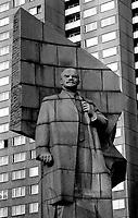 BERLINO EST / DDR / GERMANIA EST / 10 NOVEMBRE 1989.LA STATUA DI LENIN A BERLINO EST IN LENIN PLATZ. DOPO L'UNIFICAZIONE LA STATUA E' STATA RIMOSSA E LA PIAZZA HA CAMBIATO NOME..FOTO LIVIO SENIGALLIESI..EAST BERLIN / DDR / EAST GERMANY / 10 NOVEMBER 1989.LENIN PLATZ..PHOTO LIVIO SENIGALLIESI