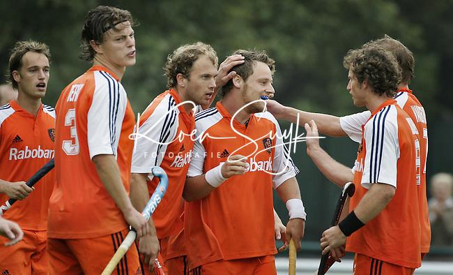 NLD-20050903-Leipzig-EK HOCKEY : halve finale Nederland-Belgie (5-1). Taeke Taekema heeft de stand op 3-0 gebracht. vlnr Matthijs Brouwer, Geert-Jan Derikx, Teun de Nooijer, Taeke Taekema, Ronald Brouwer en Sander van der Weiden