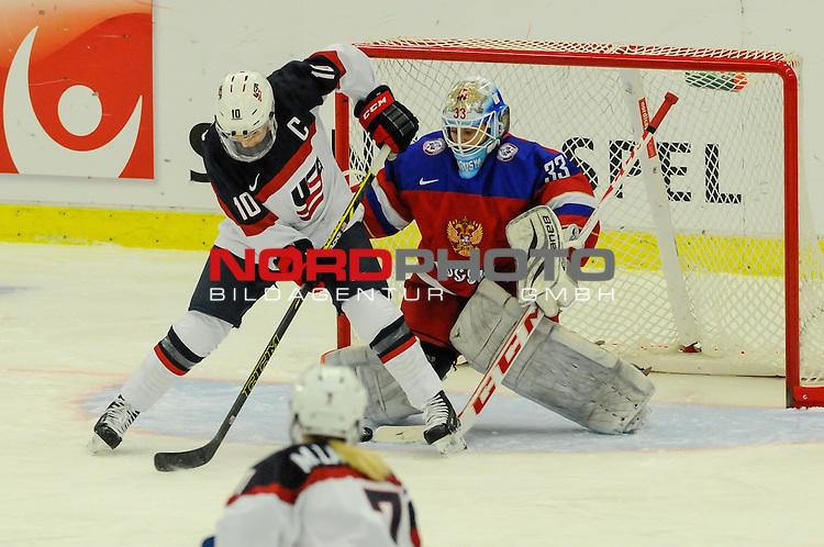 31.03.2015, Malm&ouml; Ishall, Malm&ouml; , SWE, IIHF Eishockey Frauen WM 2015, USA  vs Russland (RUS), im Bild, Meghan DUGGAN (#10, USA), Maria SOROKINA (#33, RUS)<br /> <br /> ***** Attention nur f&uuml;r redaktionelle Berichterstattung *****<br /> <br /> Foto &copy; nordphoto / Hafner