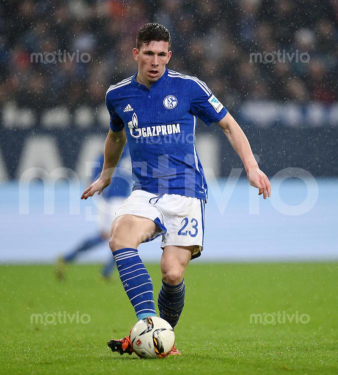 Fussball  1. Bundesliga  Saison 2015/2016  13. Spieltag in Gelsenkirchen FC Schalke 04 - FC Bayern Muenchen     21.11.2015 Pierre Emile Hoejbjerg (FC Schalke 04) am Ball
