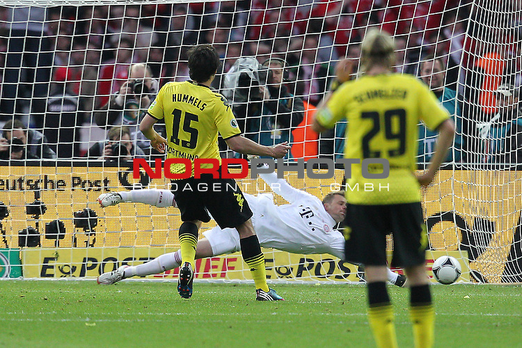 12.05.2012, Olympia Stadion, Berlin, Borussia Dortmund vs Bayern Muenchen, im Bild <br /> Tor zum 2:1 Durch Mats Hummels (Dortmund #15) (L) gegen Manuel Neuer (Torwart Muenchen) (R)<br /> <br /> // during the DFB Cup final Match Borussia Dortmund vs Bayern Muenchen, Olympia Stadion, Berlin, Germany, on 2012/05/12, Foto &copy; nph / Mueller *** Local Caption ***