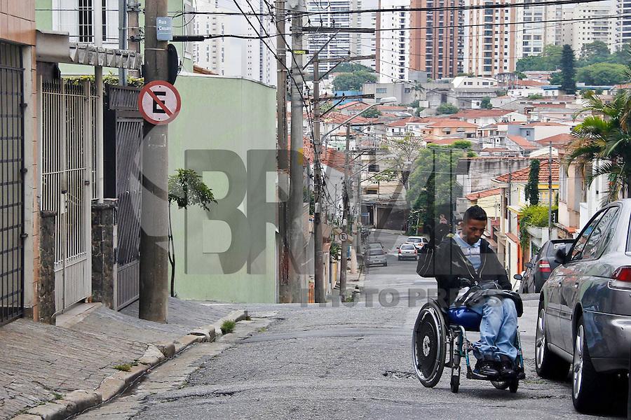 SÃO PAULO,SP,11-12-13 - CENA DO DIA - Cadeirante  tem  dificuldades para se locomover na calçada na Rua Cesar Cantu na Mooca zona leste.( Foto Ale Vianna/Brazil Photo Press).