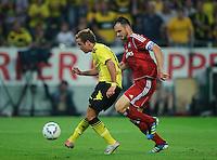 Fussball Bundesliga Saison 2011/2012 1. Spieltag Borussia Dortmund - Hamburger SV Mario GOETZE (BVB) erzielt gegen Heiko WESTERMANN (HSV) das Tor zum 2:0.