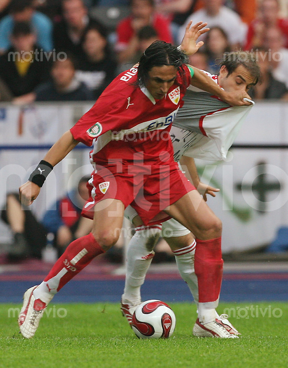 Fussball DFB-Pokal Finale VFB Stuttgart - 1. FC Nuernberg Abb: v.l. Fernando Meira gegen Javier Horacio Pinola