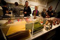 """Berlin, Behaelter mit Spaghetti und Lasagneplatten am Samstag (13.09.2014) im neueroeffneten Supermarkt """"Original Unverpackt"""", im dem Lebensmittel und Haushaltsprodukte ohne Verpackungen verkauft werden. Der Laden in der Wienerstrasse in Berlin Kreuzberg wurde ueber Crowdfunding finanziert. Foto: Steffi Loos/CommonLens"""