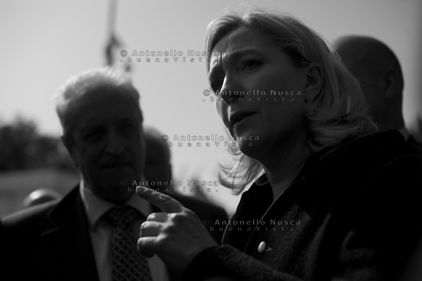 Marine Le Pen incontra la stampa dopo aver visitato il centro di prima accoglienza di Lampedusa. Marine Le Pen, the daughter of France's longtime far-right leader who now heads his National Front party, during a press conference after touring a center for illegal migrants on Italy's southernmost island of Lampedusa.