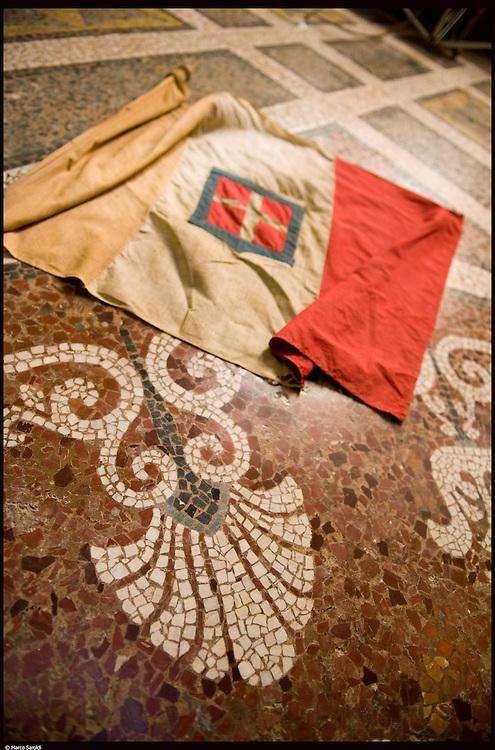 Il Castello di Pralormo. Bandiera con stemma sabaudo sul pavimento mosaico col simbolo della palmetta carloalbertina.