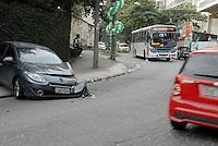 RIO DE DEJANEIRO, RJ, 0706.2014 - ACIDENTE TRANSITO - JACAREPAGUA - Um onibus e um carro colidiram na Estrada do Bananal em Jacarapagua regiao oeste do Rio de Janeiro neste sabado, 07. (Foto: Marcus Victorio / Brazil Photo Press).