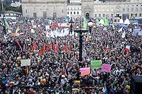 BOGOTÁ -COLOMBIA. 09-12-2013. Gustavo Petro, Alcalde de Bogotá, Colombia, fue destituido por la Procuraduría General de La Nación e inhabilitado pr 15 años para ejercer puestos públicos. Cientos de manifestantes se congregaron en la Plaza de Bolívar frente al Palacio de Lévano para rechazar la decisión que deja a la capital de Colombia sin gobernante./ Gustavo Petro Mayor of Bogota D.C., Colombia, was removed by the Attorney General of the Nation and disquialified for 15 years to perform public office. Hundreds of supporters of Mayor gathered at the Simon Bolivar square in front of Lievano Palace to protest for the decision . Photo: VizzorImage/Gabriel Aponte/ Str
