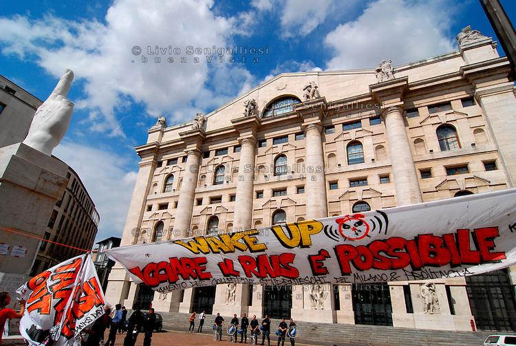 MILANO / ITALIA - 6 /9/2011.PRESIDIO DI COBAS E GIOVANI DEI CENTRI SOCIALI DAVANTI AL PALAZZO DELLA BORSA IN OCCASIONE DELLO SCIOPERO GENERALE CONTRO LA MANOVRA FINANZIARIA DEL GOVERNO E PER L'ARTICOLO 18.<br /> FOTO LIVIO SENIGALLIESI