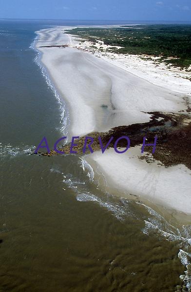 """Seu nome é Ilha de Maiandeua, mas os de fora a conhecem por Ilha de Algodoal. Maiandeua tem origem no Tupi e significa """"Mãe da Terra"""". A ilha é chamada de Algodoal em virtude da abundância de uma planta nativa conhecida como algodão de seda, ainda presente na região, cujas sementes, com filetes brancos, são dispersas pela planta e, ao flutuarem ao vento, lembram o algodão. Quem primeiro a apelidou desta forma foram os pescadores que lá chegaram na década de 1920.<br /> <br /> Algodoal é, também, o nome da maior vila, das quatro que existem na ilha. As outras três são Fortalezinha, Camboinha e Mocooca. A vila de Algodoal é a principal por ser a maior, a que possui a melhor infraestrutura para acomodação de turistas e, conseqüentemente, a que recebe mais visitantes. Estas quatro vilas são separadas entre si por porções de manguezais e seccionadas em alguns pontos por canais de maré.<br /> <br /> Os 19 km² da Ilha de Algodoal são marcados pela tranqüilidade, pelos cenários maravilhosos que atraem turistas de todo o mundo que nunca se decepcionam com a sua natureza bucólica, bela e dadivosa. A comunidade da ilha é formada por pessoas simples e receptivas que vivem, basicamente, da pesca, da agricultura de subsistência e, ultimamente, do turismo.<br /> <br /> A energia elétrica somente foi introduzida na ilha em janeiro de 2005 e o abastecimento de água é realizado por meio de poços artesianos que fornecem água de excelente qualidade.<br /> <br /> Os meios de transporte existentes são a bicicleta, o barco (a motor ou a remo) e a carroça puxada por cavalo. Veículos terrestres motorizados não podem entrar na ilha."""