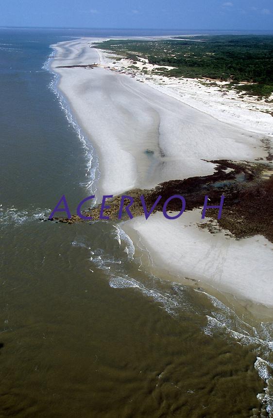 Seu nome &eacute; Ilha de Maiandeua, mas os de fora a conhecem por Ilha de Algodoal. Maiandeua tem origem no Tupi e significa &ldquo;M&atilde;e da Terra&rdquo;. A ilha &eacute; chamada de Algodoal em virtude da abund&acirc;ncia de uma planta nativa conhecida como algod&atilde;o de seda, ainda presente na regi&atilde;o, cujas sementes, com filetes brancos, s&atilde;o dispersas pela planta e, ao flutuarem ao vento, lembram o algod&atilde;o. Quem primeiro a apelidou desta forma foram os pescadores que l&aacute; chegaram na d&eacute;cada de 1920.<br /> <br /> Algodoal &eacute;, tamb&eacute;m, o nome da maior vila, das quatro que existem na ilha. As outras tr&ecirc;s s&atilde;o Fortalezinha, Camboinha e Mocooca. A vila de Algodoal &eacute; a principal por ser a maior, a que possui a melhor infraestrutura para acomoda&ccedil;&atilde;o de turistas e, conseq&uuml;entemente, a que recebe mais visitantes. Estas quatro vilas s&atilde;o separadas entre si por por&ccedil;&otilde;es de manguezais e seccionadas em alguns pontos por canais de mar&eacute;.<br /> <br /> Os 19 km&sup2; da Ilha de Algodoal s&atilde;o marcados pela tranq&uuml;ilidade, pelos cen&aacute;rios maravilhosos que atraem turistas de todo o mundo que nunca se decepcionam com a sua natureza buc&oacute;lica, bela e dadivosa. A comunidade da ilha &eacute; formada por pessoas simples e receptivas que vivem, basicamente, da pesca, da agricultura de subsist&ecirc;ncia e, ultimamente, do turismo.<br /> <br /> A energia el&eacute;trica somente foi introduzida na ilha em janeiro de 2005 e o abastecimento de &aacute;gua &eacute; realizado por meio de po&ccedil;os artesianos que fornecem &aacute;gua de excelente qualidade.<br /> <br /> Os meios de transporte existentes s&atilde;o a bicicleta, o barco (a motor ou a remo) e a carro&ccedil;a puxada por cavalo. Ve&iacute;culos terrestres motorizados n&atilde;o podem entrar na ilha.