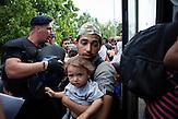 Rund 2500 Menschen campieren auf dem Gelände um die Bahnstation in Beli Manastir, Kroatien. Sie hoffe, per Bs nach Österreich zu gelangen, nachdem Ungarn die Grenze zu Serbien geschlossen hat.