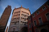 Battistero di Parma , commissionato a Benedetto Antelami, costruito tra il 1196 e il 1270 , in marmo rosa di Verona