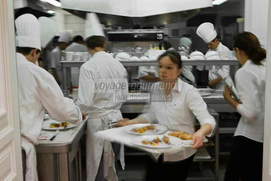 Europe/France/2B/Haute Corse/Calvi: En cuisine avec Christophe Vaquier Chef du restaurant: L'Alivu de l'Hotel La Villa, Meilleur Ouvrier de France- serveuse au passe