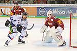 Straubings KaelMouillierat (Nr.21)  wartet vor Duesseldorfs Goalie Mathias Niederberger (Nr.35)  beim Spiel in der DEL, Duesseldorfer EG (rot) - Straubinger Tigers (weiss).<br /> <br /> Foto © PIX-Sportfotos *** Foto ist honorarpflichtig! *** Auf Anfrage in hoeherer Qualitaet/Aufloesung. Belegexemplar erbeten. Veroeffentlichung ausschliesslich fuer journalistisch-publizistische Zwecke. For editorial use only.