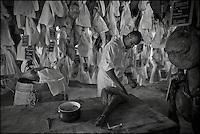 Europe/France/Aquitaine/64/Pyrénées-Atlantiques/Pays-Basque/Hasparren: Eric Ospital surveille l'affinage de ses jambons de Bayonne et Ibaiona
