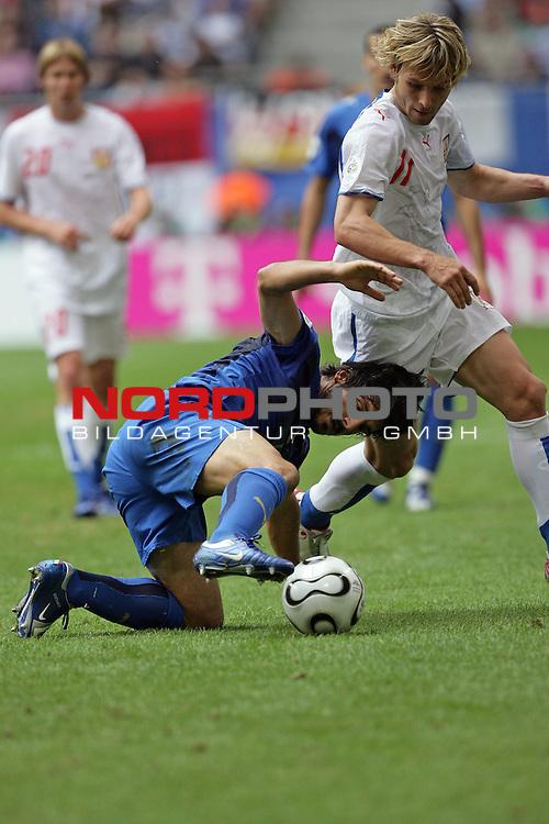 FIFA WM 2006 -  Gruppe E Vorrunde ( Group E )<br /> Play   #41 (22-Jun) - Tschechien - Italien<br /> <br /> Gelbe Karte fuer Gennaro Gattuso von Schiedsrichter Benito Archundia ( Mex ) nach diesem Foul an Navel Nedved<br /> <br /> Foto &copy; nordphoto