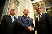Berlin, Aussenminister Guido Westerwelle (FDP, v.r.) schüttelt am Freitag (07.06.13) im Bundesrat nach der Abstimmung über den EU-Beitritt von Kroatien dem Präsidenten des Parlaments der Republik Kroatien, Josip Leko neben dem Vizepräsidenten die Hand. Der Bundesrat stimmte für die Aufnahme Kroatiens als EU-Mitglied. Nach zehnjährigem Aufnahmeverfahren soll das Land am 1. Juli als 28. Mitglied in die EU aufgenommen werden. Foto: Steffi Loos/CommonLens