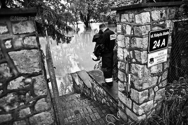 Krakow 19 May 2010 Poland.<br /> A flood crest on the Vistula river passes the city of Crakow. Water's level has reached 931 cm, much more than in 1997 during the Great Flood. One thousand tons of sand were used to strengthen dikes on the river and to secure the city. Several schools have been closed , children were evacuated from two nurseries. Classes were cancelled at the Jagiellonian University. Authorities drew up an evacuation plan in the case of flooding<br /> (Photo by Filip Cwik / Newsweek Poland / Napo Images)<br /> <br /> Krakow 19 maj 2010 Polska.<br /> Przez Krakow przechodzi fala kulminacyjna. Poziom wody wyniosl 931 cm, wiecej niz w 1997 podczas wielkiej powodzi. Podczas zabezpieczenia miasta wykorzystano ok. 1 tys. ton piasku. Zamkniete zostalo kilkanascie szkol, ewakuowano dzieci z dwoch zlobkow. Odwolano zajecia na Uniwersytecie Jagiellonskim. Wladze Krakowa na wypadek wylania Wisly opracowaly plan ewakuacji. <br /> (fot. Filip Cwik / Newsweek Polska / Napo Images)