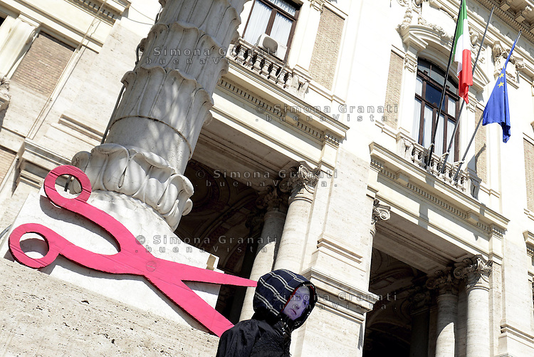 Roma, 11 Aprile 2014<br /> Presidio di protesta davanti al Ministero dell' Istruzione, universit&agrave; e ricerca di insegnati, e personale non docente.<br /> Contro la precariet&agrave; e per chiedere il reintegro di 8 miliardi di euro nei finanziamenti alla scuola pubblica.<br /> Un manichino con la maschera della Ministra Giannini e forbici enormi .