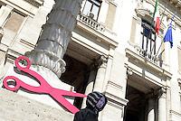 Roma, 11 Aprile 2014<br /> Presidio di protesta davanti al Ministero dell' Istruzione, università e ricerca di insegnati, e personale non docente.<br /> Contro la precarietà e per chiedere il reintegro di 8 miliardi di euro nei finanziamenti alla scuola pubblica.<br /> Un manichino con la maschera della Ministra Giannini e forbici enormi .